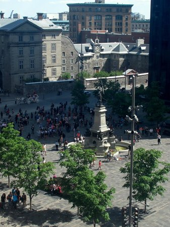 Le Place d'Armes Hotel & Suites: View of Place d'Armes (Part of the Basilica in Background) from Our Corner Window