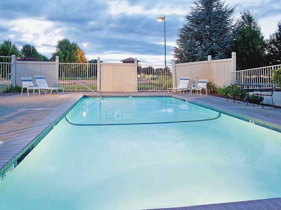 La Quinta Inn & Suites Woodburn: Pool