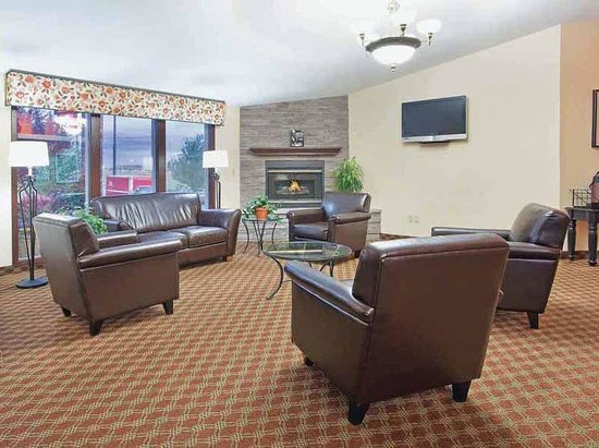 La Quinta Inn & Suites Woodburn: Main Lobby