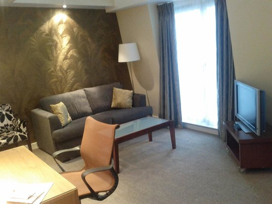 DoubleTree by Hilton London - West End: First floor living room