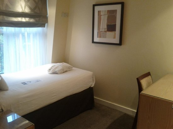 DoubleTree by Hilton London - West End: One-person sleeping room and cabinet on the first floor