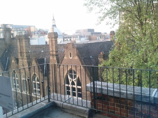 DoubleTree by Hilton London - West End: Balcony on the second floor