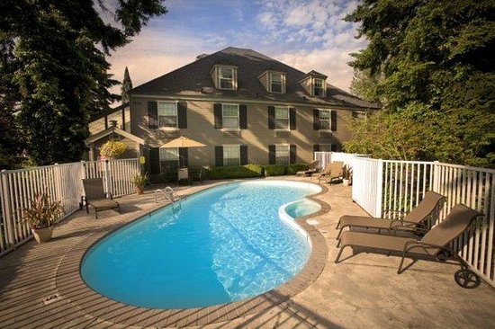 BEST WESTERN PLUS Heritage Inn: Enjoy our seasonal pool, open 9am to 10pm.