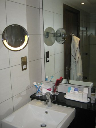Crowne Plaza London Kensington: Sink and mirror