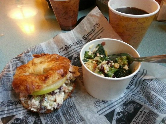 Maryville, Теннесси: Cherry Chicken Salad Sandwich and Smoked Gouda Broccoli