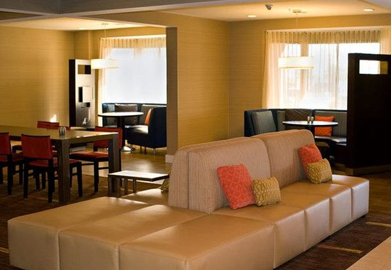 Courtyard by Marriott Austin Round Rock: Bistro Seating Area