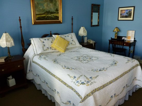 Grand Victorian Lodge: Great bed, beautiful quilt, loved the pillows