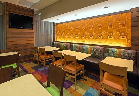 Fairfield Inn Denver Cherry Creek: Breakfast Seating Area
