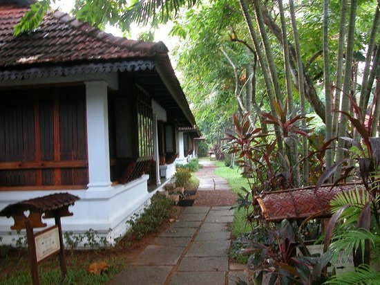 Kumarakom Lake Resort: Path near the Heritage Pool villa