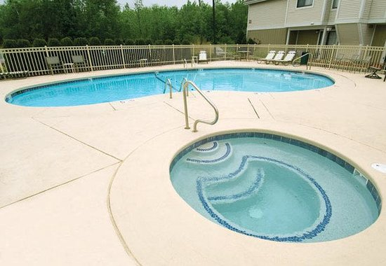 Residence Inn Rochester: Outdoor Pool & Hot Tub