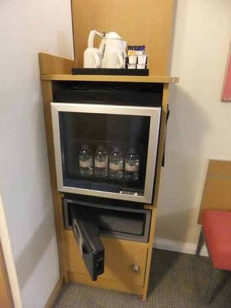Novotel London West: Coffee making and bar fridge