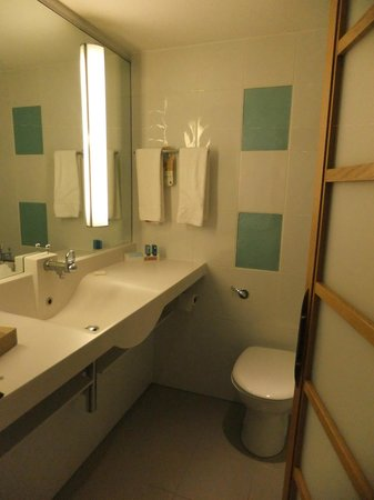 Novotel London West: Bathroom with great lighting and counter