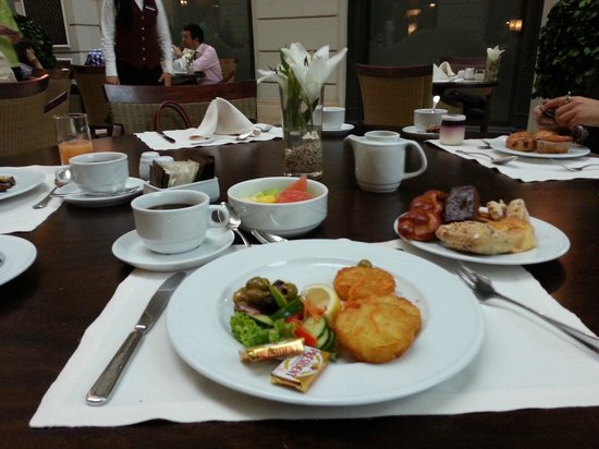 Corinthia Hotel Budapest: Breakfast in the atrium