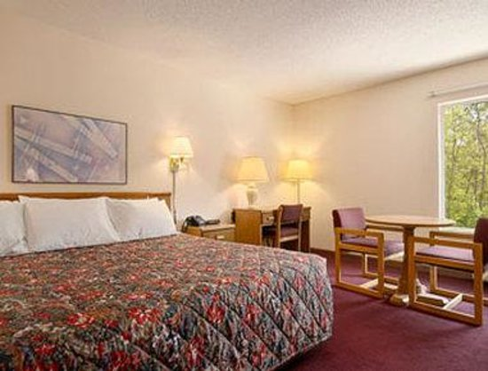 Cadillac - Days Inn: Standard King Bed Room