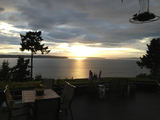 "Burien, วอชิงตัน: Evening sunset from our room (""Sound View"" room)"