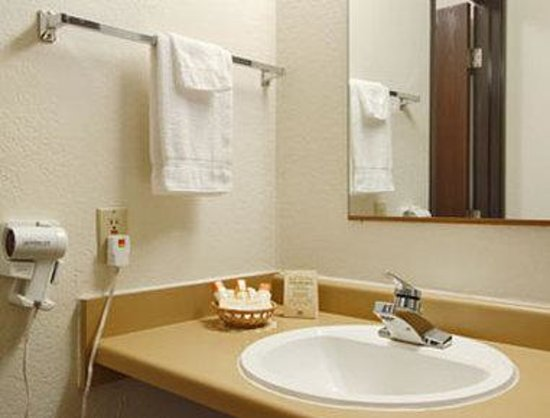 Pierre-Days Inn: Bathroom