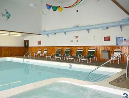 Cadillac - Days Inn: Pool