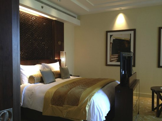 The Ritz-Carlton Dubai: Bedroom in suite