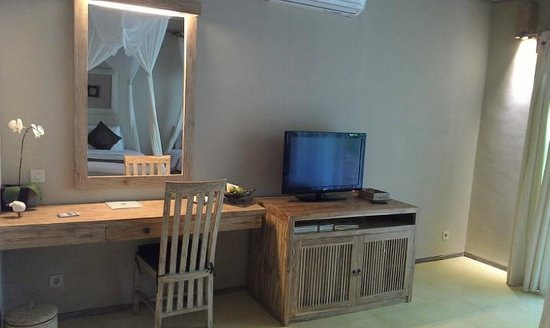 Puri Sunia Resort: TV area