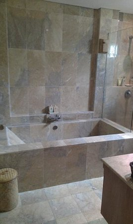 Puri Sunia Resort: Huge bath, easily fits 2