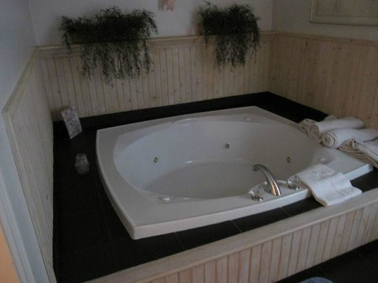 Crescent Lodge & Country Inn: Hot Tub in Wickshire Cabin