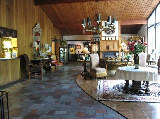 Cresco, PA: Lobby at Crescent Lodge
