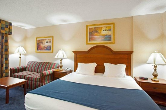 Galesburg, IL: King Bed Guest Room