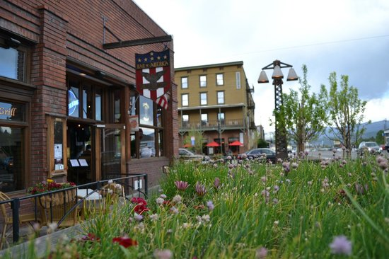 Truckee, CA: Bar front thru the wagon of flowers