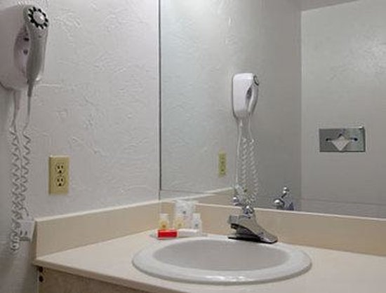 Ramada Oklahoma City South: Bathroom