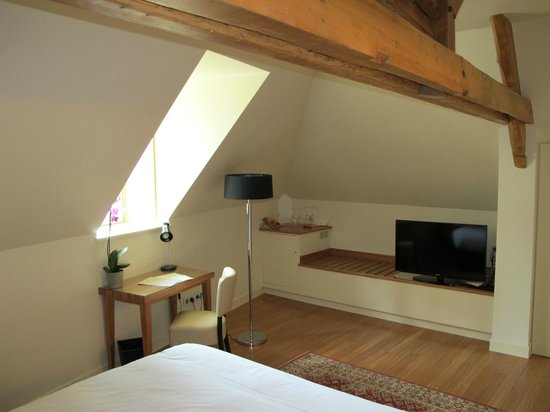L'Hotel De Beaune: spacious bedroom