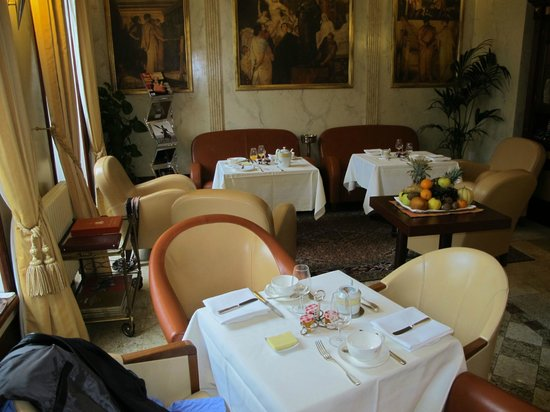 L'Hotel De Beaune: Salon for breakfast or a drink