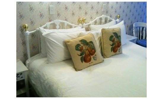 Mon Logis Bed and Breakfast: Comfy beds, lots of pillows.