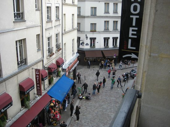 Hotel Europe Saint Severin : Loved seeing the bustle of the street, cafes, crepe-makers