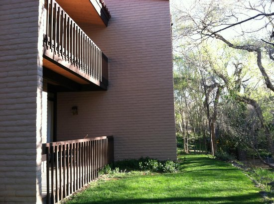 BEST WESTERN PLUS Arroyo Roble Hotel & Creekside Villas: Outside our 2 story villa at edge of creek