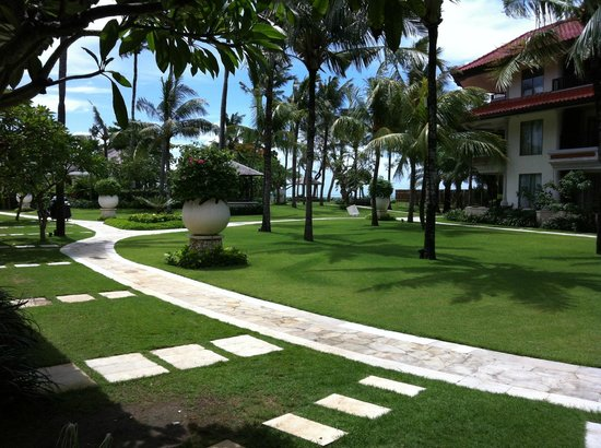 Holiday Inn Resort Baruna Bali: Garden outside our studio