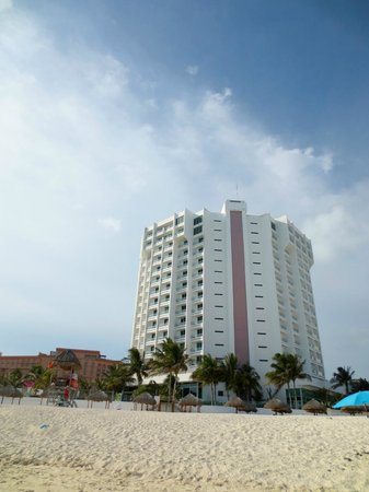 Hyatt Regency Cancun: Hotel from the beach