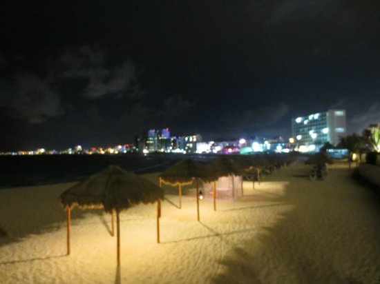 Hyatt Regency Cancun: beach at night