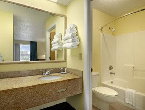 Travelodge Pensacola Beach: Bathroom