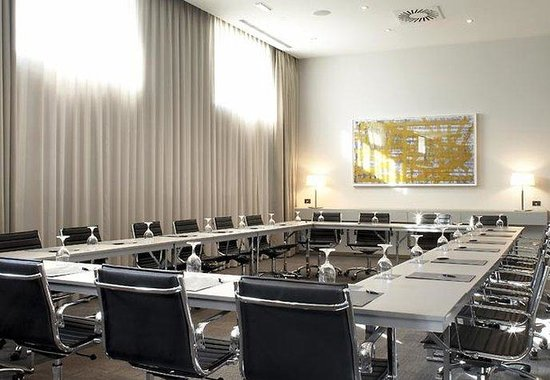 AC Hotel Porto by Marriott: Meeting Room – Square Style