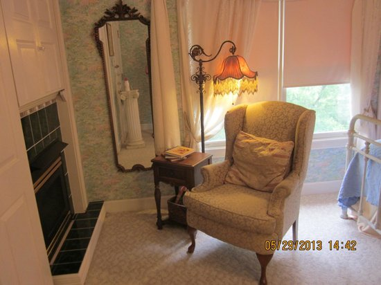 Arsenic and Old Lace Bed and Breakfast Inn: Comfortable chair in Monet Room