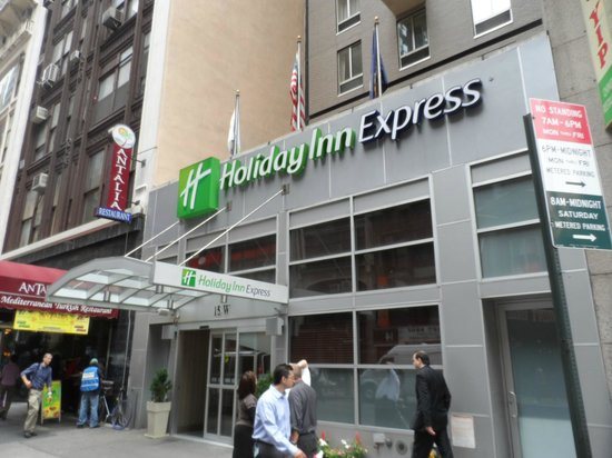 Holiday Inn Express New York City Fifth Ave: Hotel Exterior