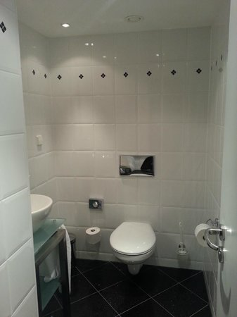 Hilton Hotel - Berlin: Bathroom 2