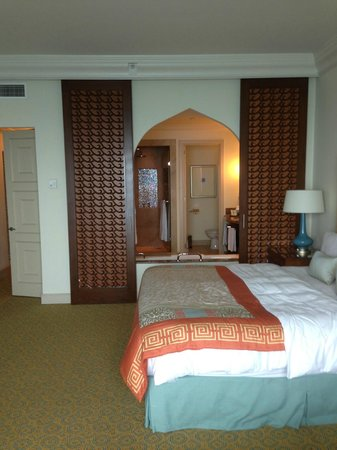 Atlantis, The Palm: Room with sliding doors for view of bathroom