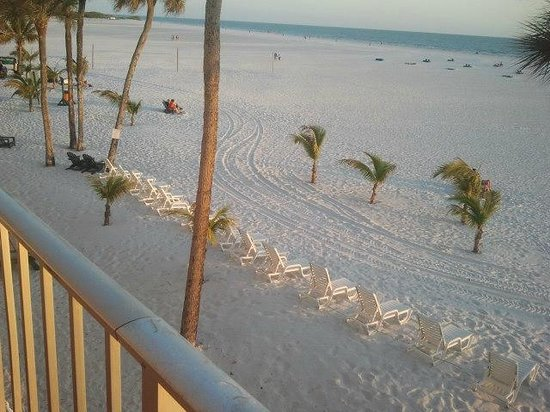 Outrigger Beach Resort: The beautiful FT Myers Beach from Outrigger