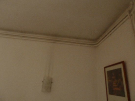 Hotel Antin Trinite: Ceiling in my room; light fixure above my bed