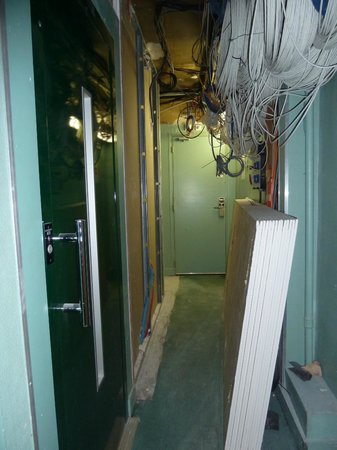 Hotel Antin Trinite: Wallboard sitting outside elevator door and exposed wiring
