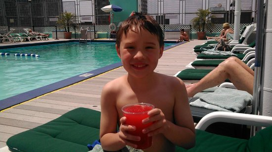 Holiday Inn Midtown / 57th St: Hot day, cool pool
