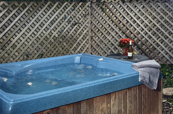 Cliff Cottage Inn - Luxury B&B Suites & Historic Cottages : Your private hot tub...ahhhhhhh!