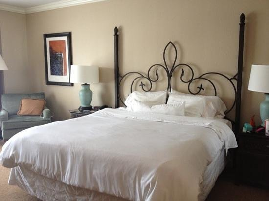 The Westin Riverwalk: nice king bed