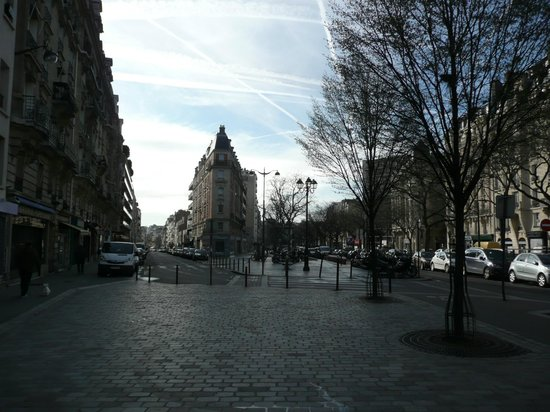 Hotel du Printemps: Looking down the boulevard towards the hotel.